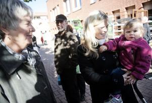 Birgitta Hjelm, Sanna Hjelm och lilla Alicia.