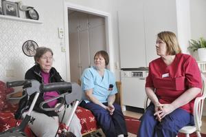 Riita Juntunen och Janet Lingvall, liksom sina arbetarkamrater på Sofia Magdalena, är oroliga över var de ska placeras som en del i den stora flyttkarusellen inom äldre- och funktionshindradeomsorgen. På bilden också Rose Sågström