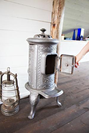 I allrummet på ovanvåningen står en kamin – men det går bara att elda ljus i den. Det är inte tillåtet att sätta in någon skorsten.