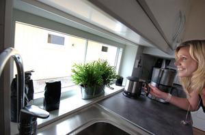 Det lilla fönstret vid diskbänken släpper in ljus, tillåter utsikt åt väster och ger köket en ännu mer öppen känsla. Bea Tannerstål tycker om effekten.