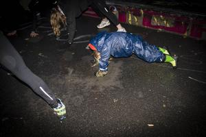 Oliver Benninghoff deltar i några av de avslutande yogaövningarna.