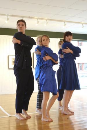 Dansklass. Gabriella Lundahl, Emma Strandsäter, Saga Trygged Iko, Anton Bro och Vera Tolstoy framförde dansstycket Zeitplan.