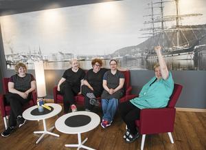 En del av arbetsgänget på Kajplats 15 på Norra kajen. Malin Skogström, Nicole Jakobsson, Ulrika Åkerdahl, Ronja Borglund och Ulla Nordin framför en av fondväggarna.