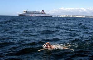 I nästan 14 timmar låg Fredrik Kumlin i det 17-gradiga vattnet mellan Dover och Calais.