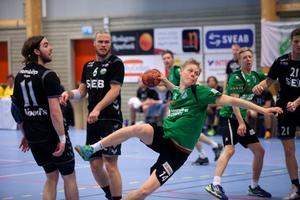 Rimbo HK:s mittsexa Fredrik Johansson i hemmamötet med Önnered under kvalserien till elitserien tidigare i år.