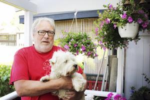 Fyller år. Harald Reichelt fyller 65 år den 3 augusti. Här håller han i familjens älskling, treåriga hunden Lexus.