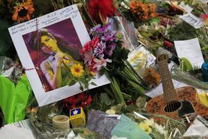 Världen sörjer Amy Winehouse som avlider, bara 27 år gammal, i juli.