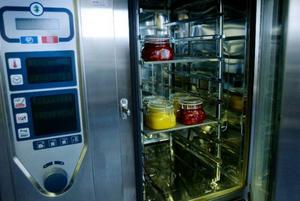 Morotssoppa och chili con beans steriliseras genom upphettning i ugn, därefter stegvis nedkylning till rumstemperatur.Foto: Ulrika Andersson