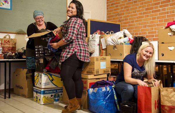 Cecilia Bengtsson, Claudia Decker och Sara Nääs har fått massor av prylar och kläder till loppisen i Hede.