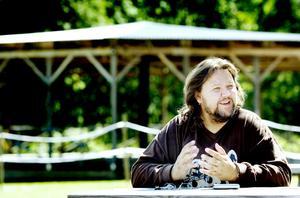 Micke Finell har inte längre tid att både turnera med The Refreshments och dessutom sköta en folkpark om somrarna.