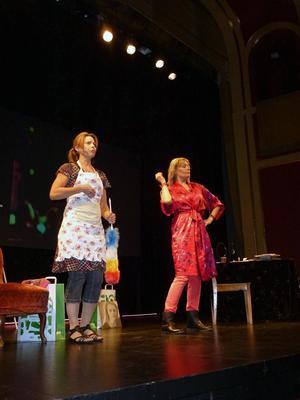 Anna Bromee och Anna-Lena Hemström i föreställningen Ett bloss för Lena Nyman.