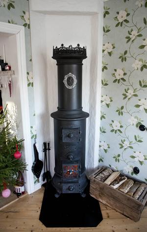 Kaminen som sprider extra värme i det stora huset är ny men i gammal modell.
