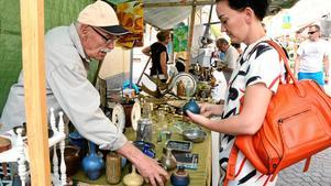 – Jag går igång på formen, men jag är jättedålig på vem som gjort sakerna, säger Angelica Stenvinkel från Västerås, som var i Noratrakten så passande till antik- och vintagemarknaden.