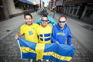 Mot Kiev. I dag flyger den här fotbollsmeriterade trion iväg till EM-turneringen, från vänster  Kent Björk, Bernt Björk och Benny Nöjd.