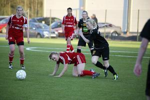 Linn Andersson på jakt i Moheds svarta dress på Ön i Edsbyn. Nästa säsong byter forwarden sida och färger.