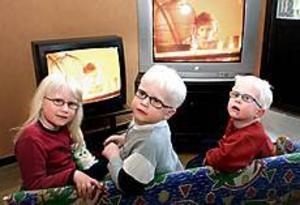 Foto: NICK BLACKMONLinslöss. Carolina, Casper och Linus Lindberg måste sitta riktigt nära teven för att se vad som händer. Glasögon hjälper inte mycket mot albinism.