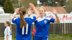 Möller jublar efter sitt 1-0-mål och tackar Kajsa Sund som stod för assisten.