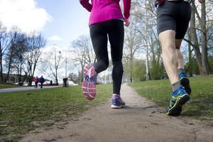 Skor som är anpassade för pronation har ofta ett hårdare material på insidan samt en stabilare hälkappa som håller foten på plats i skon.