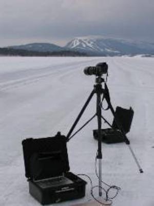 Ljuset måste fångas innan skymningen faller för teamet som botaniserat i Härjedalens fjällvärld med kameror, vidvinkel och teleobjektiv.