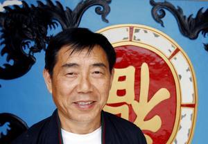 2004. Den kinesiska affärsmannen Jingchun Li köper Hotell checkpoint Dalälven – tidigare Älvkarlen. Han planerade för att skapa ett turist- och affärscentrum med kinesiska varor. Under sommaren börjar det byggas en ny entré till hotellet, samt en kinesisk mur med portal.