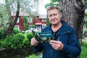 Kenneth Linder, enhetschef för Verket, med den nya folder som innehåller berättelser om husen i Gamla byn.