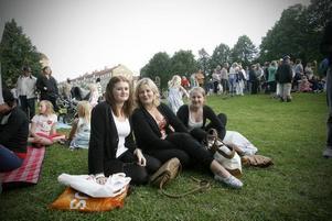 Anna Selin (mitten) och hennes kompisar Maria Persson (vänster) och Matilda Hansson önskade sig sittplatser och bättre sikt fram mot scenen.