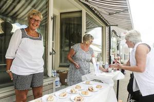 Inga-Lisa Larsson och Marianne Stener fixade så att folk fick rulltårta, ett populärt och traditionellt inslag på handelns dag.