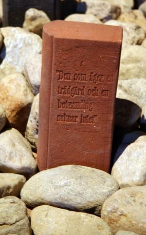 Bok i tegel med verkets titel på pärmarna, Den som äger en trädgård och en boksamling saknar intet.
