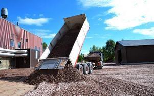 En lastbil tippar av stenen som ska bilda bärlagret som tillsammans med sanden ersätter jorden som grävts bort. Foto: Selma Wolofsky/DT