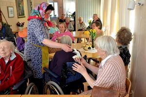 Påskfest. Marita Kahlbäck Wadin agerar påskkärring och delar ut godis bland de gamla på Solgårdens servicehus i Bångsbro.