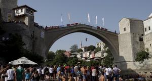 Åskadare samlar sig nedanför den gamla turkiska bron i Mostar.