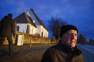Lennart Ericsson, ordförande i kyrkogårdsnämnden tycker inte det får börja se förfallet ut runt Frösö kyrka.