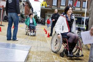 Katarina Nyberg Finn (S) vann hinderbanan med rullstol över Carina Zetterström (C). Vinnaren lyfte fram ökad tillgänglighet i butiker och lokaler som viktiga frågor att driva framöver.