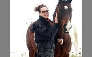 Ulrika Vargtand bor i Bispbergshytan. Hon är målerikonservator och konstnär. På söndag predikar hon i Säters kyrka i mässan som hålls i samband med Internationella kvinnodagen.-- I min predikan kommer jag också att referera till en bok om hästar, säger