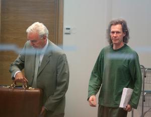 Gryningspyromanen Ulf Borgström, här med advokaten Matts Johnson, från tidigare rättegång.