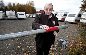 De okända tjuvarna har berett sig tillträde till företagets område genom att bearbeta bommens låsbygel med kraftiga don.