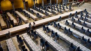 Dukning i Blå hallen inför torsdagens Nobelbankett i Stadshuset i Stockholm.