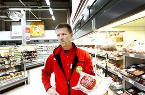 HADE KVAR. Anders Carlsson, biträdande butikschef på den norra Willysbutiken i Gävle, hade förra veckan fortfarande några ekologiska julskinkor av kedjans eget märke, Vårt Ekologiska, för 129 kronor kilot jämfört med den vanliga svenska färdigkokta som kostade 59.90 kronor kilot. Enligt Axfood:s presstjänst kommer merparten, men inte alla julskinkorna från gårdar med grisar uppfödda enligt Krav:s regler.