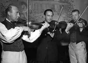 Bröderna Wernberg på en spelmansträffi november 1951 och som hölls på den gamla anrika restaurangen Runan som låg på Strandgatan i Sundsvall.