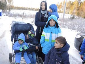 Familjer är trångbodda i Trängslet och Migrationsverket arbetar med att skaffa större bostäder till dem.
