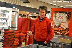 Närbutiken i Stöde, med sin spelverksamhet, lägger ned. Då tar Ica-handlaren Mikael Norrbom över och storsatsar.