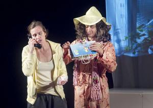 När Saras mamma (David Nordström) shoppat upp alla pengar måste Sara (Amanda Klasa Fornhammar) ringa butikerna och fråga om de har öppet köp.