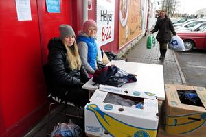 Utanför Odenhallen i Odensala satt Alexandra Bergström och Johanna Rinzén både under lördagen och söndagen. Annica Nordin lämnade vinterjackor och täckbyxor.