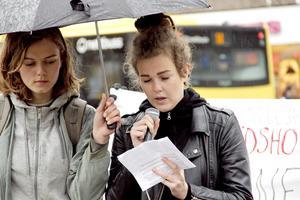 Linnea Edström talade medan Liselotte Boustedt höll i paraplyet.