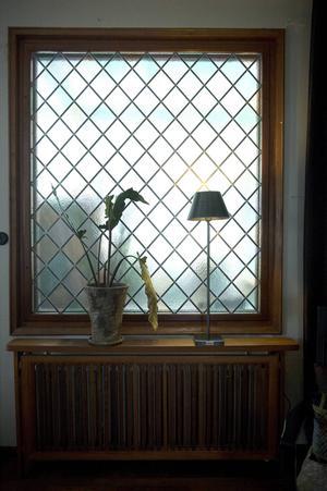 Fönstren är omgivna av teakträ och vackra detaljerna finns i det blyinfattade glasfönstret.