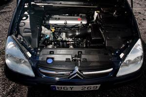 C5 har oftast en 2,0-liters bensinmotor på 136 hästkrafter, men finns även med V6:a och flera olika dieselalternativ.