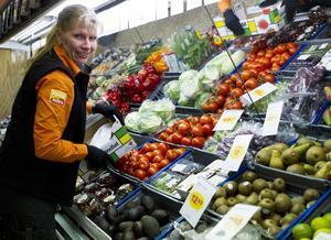 """Varuplock. """"Frukt och grönt är basen i en livsmedelsaffär. Det är viktigt att det ser rent och snyggt ut"""", säger Susanne Othberg. Foto: Alexandra Sannemalm"""