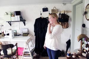 Högst upp på vinden har Josephina förvandlat den forna drängkammaren till en syateljé. Här finns också hennes samling med antika dräkter, hattar och skor. Det är framför allt kläder från slutet av 1800-talet och förra sekelskiftet.