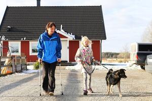 Johnny Bergström tillsammans med dottern Tove och hunden som räddade honom från vildsvinet.