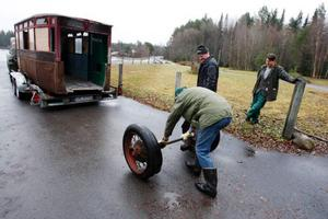 Vänta, ni glömde hjulen! Arne Nilsson ser till att alla delar som låg i gäststugan följer med bussen.